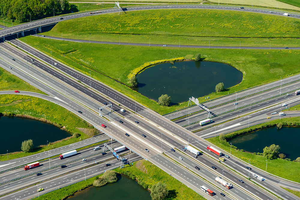 Nederland, Utrecht, Utrecht, 13-05-2019; Knooppunt Oudenrijn, kruising rijkswegen A12 en A2. Klaverblad knooppunt, klaverturbine.<br /> Oudenrijn junction, major intersection, southwest of Utrecht.<br /> <br /> luchtfoto (toeslag op standard tarieven);<br /> aerial photo (additional fee required);<br /> copyright foto/photo Siebe Swart