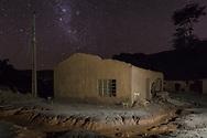 MARIANA, MG, BRASIL, 08-02-2016: Casa destruída pela força da lama no vilarejo de Paracatu, distrito de Mariana-MG, a comunidade foi atingida pelo rejeito de minério no dia 5 de novembro de 2015, quando a barragem de Fundão, da mineradora Samarco, rompeu, lançando no ambiente mais de 40 bilhões de litros de lama. (Foto: Avener Prado)