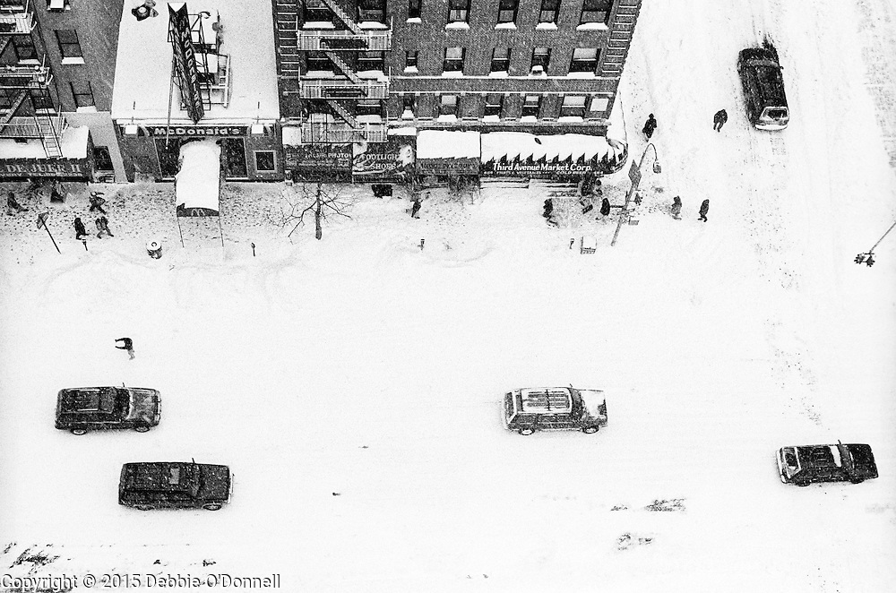 Thirty Third Street and Third Avenue after the storm. In January 1996, a winter blizzard dumped ~20 inches of snow on New York City, closing schools and disrupting traffic.