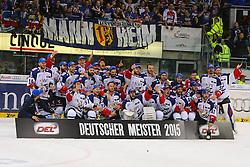 22.04.2015, Saturn Arena, Ingolstadt, GER, DEL, ERC Ingolstadt vs Adler Mannheim, Playoff, Finale, 6. Spiel, im Bild Meisterbild Adler Mannheim // during Germans DEL Icehockey League 6th final match between ERC Ingolstadt and Adler Mannheim at the Saturn Arena in Ingolstadt, Germany on 2015/04/22. EXPA Pictures © 2015, PhotoCredit: EXPA/ Eibner-Pressefoto/ Strisch<br /> <br /> *****ATTENTION - OUT of GER*****
