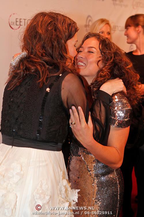 NLD/Amsterdam/20101115 - Premiere De Eetclub, Halina Reijn verwelkomt Katja Schuurman