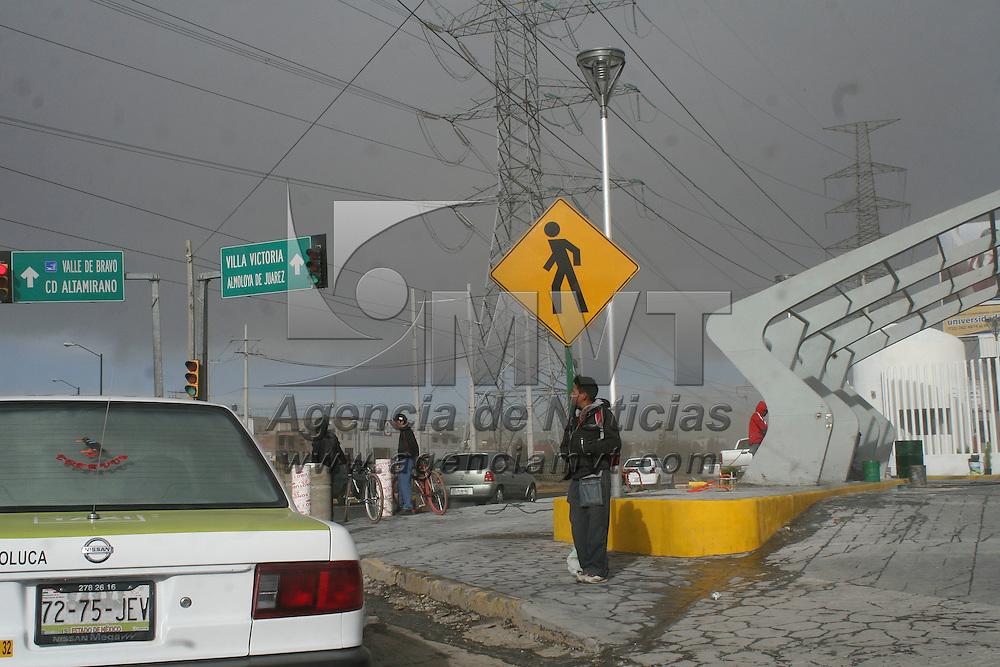 Toluca, México.- Las fuertes ráfagas de viento que se registraron en Toluca ocasiono que arboles y postes del servicio de luz y teléfono cayeran sobre un carril de Paseo Colón, elementos de Protección Civil y Bomberos de Toluca arribaron a la zona para retirar los cables y troncos que se encontraban invadiendo la calle.  Agencia MVT / José Hernández
