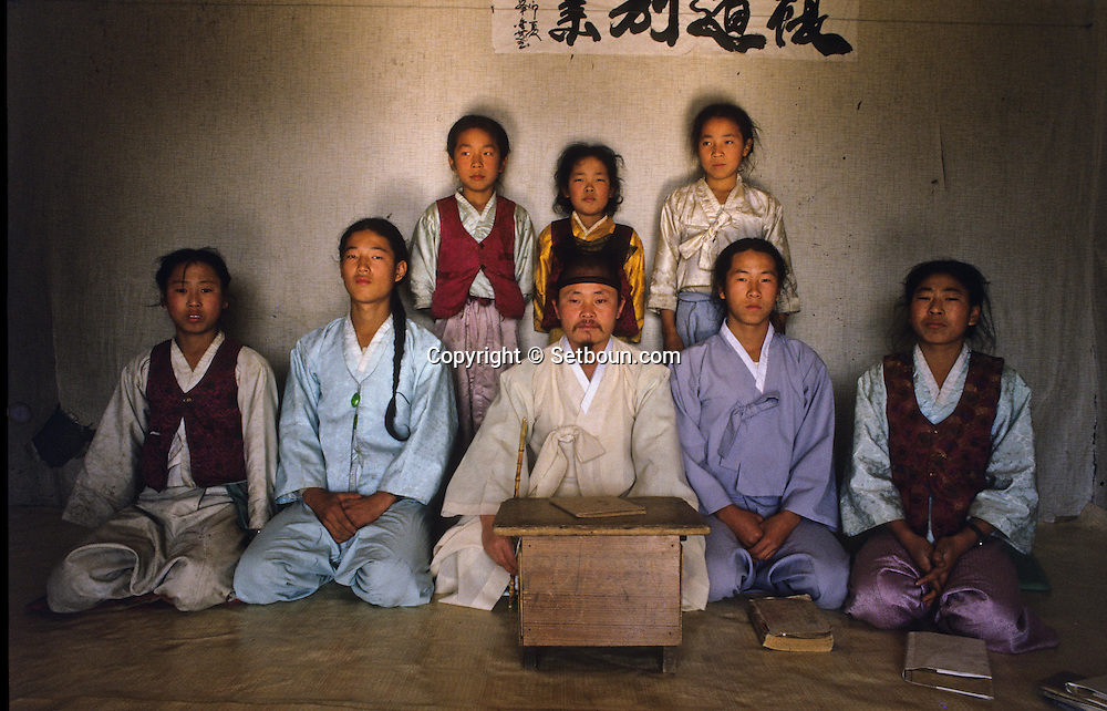 The school pupils and their teacher. Les elèves de l'ecole posent avec leur maître //////R28/1    L2618  /  R00028  /  P0002995//////Chonhakdong village confucianiste traditionel. //////Chonhakdong traditional confucianist village .