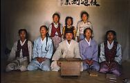 The school pupils and their teacher. Les elèves de l'ecole posent avec leur maître //////R28/1    L2618  /  R00028  /  P0002995//////Chonhakdong village confucianiste traditionel. //////Chonhakdong traditional confucianist village .