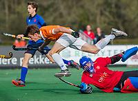 BLOEMENDAAL - Sybe Melsert (Bldaal) met Tom Froger (r) van Breda  tijdens de competitiewedstrijd hockey jongens B , Bloemendaal JB1-Breda JB1 (3-2)  , COPYRIGHT KOEN SUYK