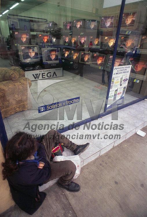 Toluca, M&eacute;x.- Un desempleado observa los televisores a trav&eacute;s del aparador en una tienda del centro de la ciudad. Agencia MVT / Ricardo Ochoa. (FILM)<br /> <br /> NO ARCHIVAR - NO ARCHIVE