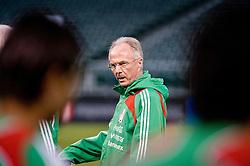 Sven-Goran Eriksson keeps an eye on training as Mexico prepare for a match in San Francisco. 27th Jan 2009.