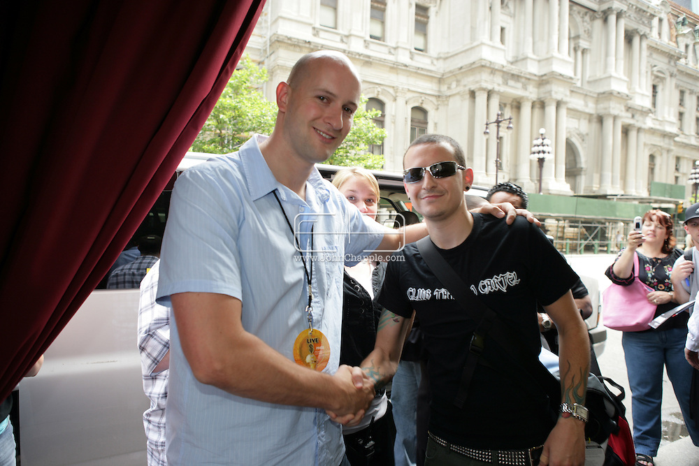 2nd July 2005, Philadelphia, PA. The USA Live 8 concert held in the city of Philadelphia. Pictured is Mirror reporter Ryan Parry with the singer from Linkin Park, Chester Bennington. PHOTO © JOHN CHAPPLE IN THE BIG APPLE. Tel (001) 212 397 7287.www.chapple.biz