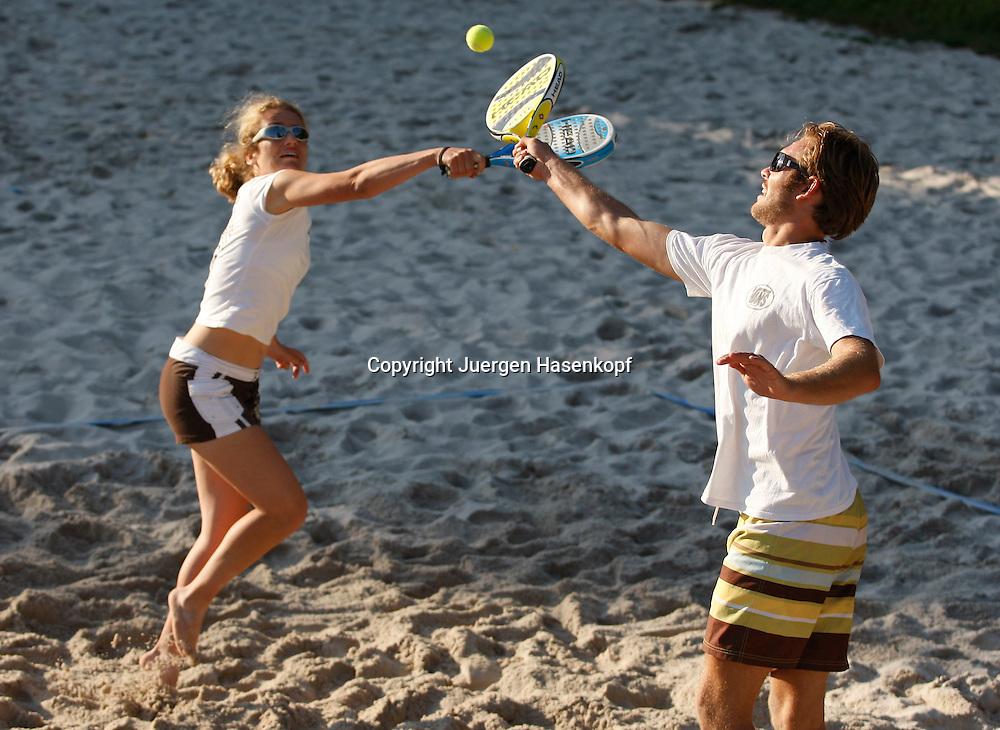 Beach Arena Open, Beach Tennis Turnier nach ITF Regeln,..Foto: Juergen Hasenkopf..B a n k v e r b.  S S P K  M u e n ch e n, ..BLZ. 70150000, Kto. 10-210359,..+++ Veroeffentlichung nur gegen Honorar nach MFM,..Namensnennung und Belegexemplar. Inhaltsveraendernde Manipulation des Fotos nur nach ausdruecklicher Genehmigung durch den Fotografen...Persoenlichkeitsrechte oder Model Release Vertraege der abgebildeten Personen sind nicht vorhanden.