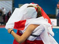 LONDEN - Vreugde bij twee Engelse speelsters onder de Engelse vlag  na de  finale tussen de dames van Nederland en Engeland bij  het Europees Kampioenschap hockey in Londen.  Engeland wint na 2-2 en shoot outs.  ANP KOEN SUYK