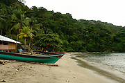 Darién es una de las diez provincias de Panamá.1 Su capital es la ciudad de La Palma. Tiene una extensión de 11.896,5 km² Está ubicada en el extremo oriental del país y limita al norte con la provincia de Panamá y la comarca de Guna Yala. Al sur limita con el océano Pacífico y la República de Colombia. Al este limita con la República de Colombia, y al oeste limita con el océano Pacífico y la provincia de Panamá.<br /> <br /> La provincia de Darién ocupa una superficie de 11.896 km², un área similar a la de la isla de Jamaica, que está constituida en su parte central por una planicie ondulada por la cual se desarrollan los valles de los ríos Chucunaque y Tuira, y está enmarcada por las áreas escarpadas de las serranías de San Blas, Bagre, Pirre, de los Saltos y del Darién. En esta última se ubica el Parque nacional Darién.<br /> <br /> En la región darienita las cuencas hidrográficas forman cursos de agua extensos y sedimentarios, vertiendo sus aguas a los diferentes ríos como por ejemplo el Río Chucunaque (231 km) y el Tuira (230 km), que son ambos los más largos y caudalosos de Panamá.<br /> <br /> La población darienita está compuesta mayormente por indígenas, afrodescendientes y colonos que migraron desde otras provincias (principalmente chiricanos, santeños, herreranos y veragüenses) en busca de buenas tierras y mejores oportunidades.<br /> <br /> La manifestación musical que distingue al pueblo darienita es el Bullarengue, que es un baile de tambor de ascendencia puramente Africana. Sin embargo, cada uno de los grupos humanos que han emigrado a esta provincia luchan por conservar sus raíces y mantener sus costumbres y tradiciones, no obstante la fuerte presión que se ejerce por parte de los migrantes colombianos y de los medios radiales de ese país, tienden a favorecer el gusto del darienita por el folclore de la fronteriza Colombia, especialmente por el Vallenato.<br /> <br /> <br /> ©Alejandro Balaguer/Fundación Albatros Media.