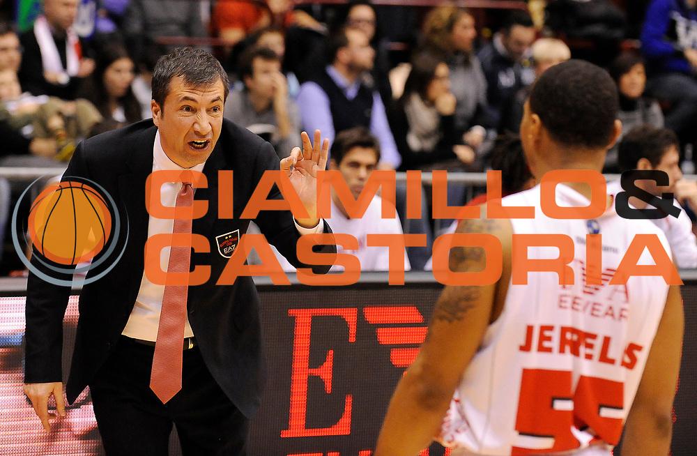 DESCRIZIONE : Milano Campionato Lega A 2013-14 EA7 Olimpia Armani Milano Enel Brindisi<br /> GIOCATORE : Coach Luca Banchi e Curtis Jerrells<br /> SQUADRA : EA7 Olimpia Armani Milano <br /> EVENTO : Campionato Lega A 2013-14<br /> GARA :  EA7 Olimpia Armani Milano Enel Brindisi<br /> DATA : 19/01/2014<br /> CATEGORIA : Coach Fair Play Direttive<br /> SPORT : Pallacanestro<br /> AUTORE : Agenzia Ciamillo-Castoria/A.Giberti<br /> Galleria : Campionato Lega Basket A 2013-14<br /> Fotonotizia : EA7 Olimpia Armani Milano Enel Brindisi<br /> Predefinita :