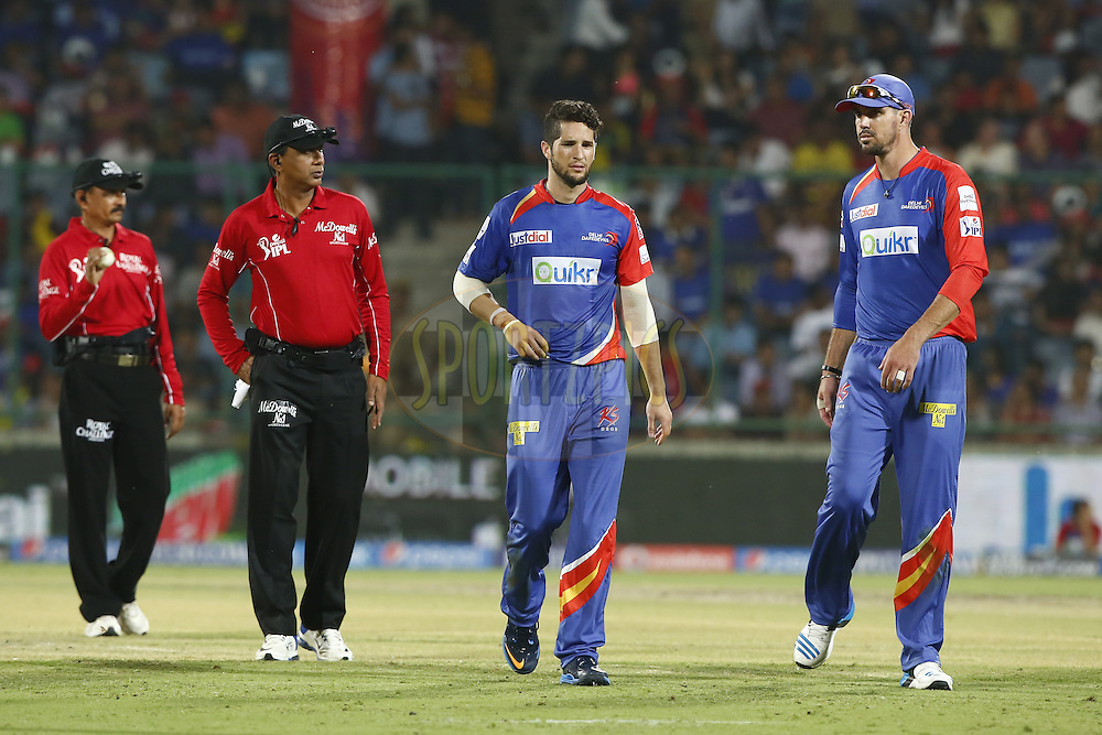 Kevin Pietersen captain of of the Delhi Daredevils talk with Wayne Parnell of the Delhi Daredevils during match 23 of the Pepsi Indian Premier League Season 2014 between the Delhi Daredevils and the Rajasthan Royals held at the Feroze Shah Kotla cricket stadium, Delhi, India on the 3rd May  2014<br /> <br /> Photo by Deepak Malik / IPL / SPORTZPICS<br /> <br /> <br /> <br /> Image use subject to terms and conditions which can be found here:  http://sportzpics.photoshelter.com/gallery/Pepsi-IPL-Image-terms-and-conditions/G00004VW1IVJ.gB0/C0000TScjhBM6ikg
