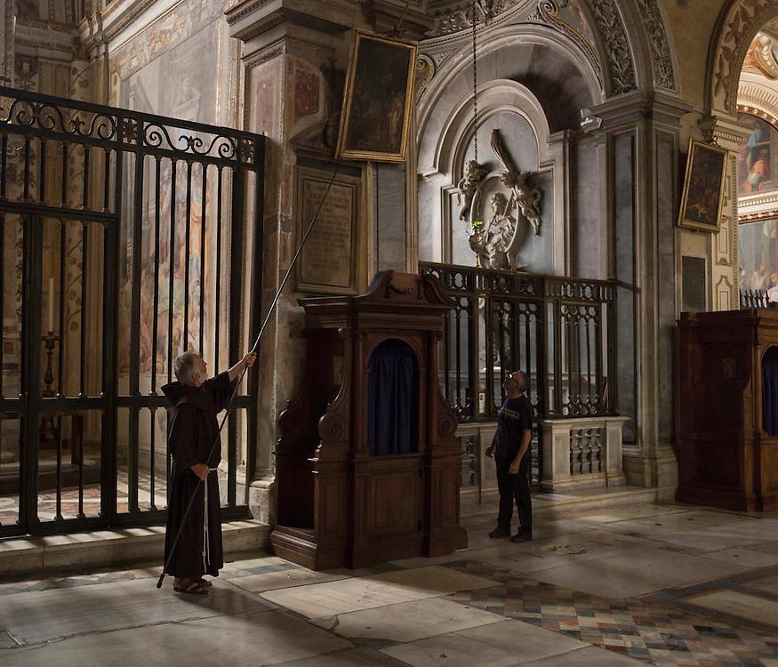 Sacerdote sistema un quadro della sua chiesa si Santa Maria in ara coeli,<br /> Priest system a picture of his church Santa Maria di ara coeli