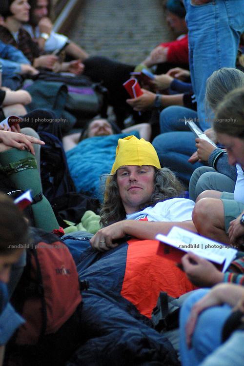 """Jochen Stay (mitte), einer der organisatoren der """"Gorleben-Proteste"""" liegt während einer Gleisblockade bei Hitzacker in seinem Schlafsack."""
