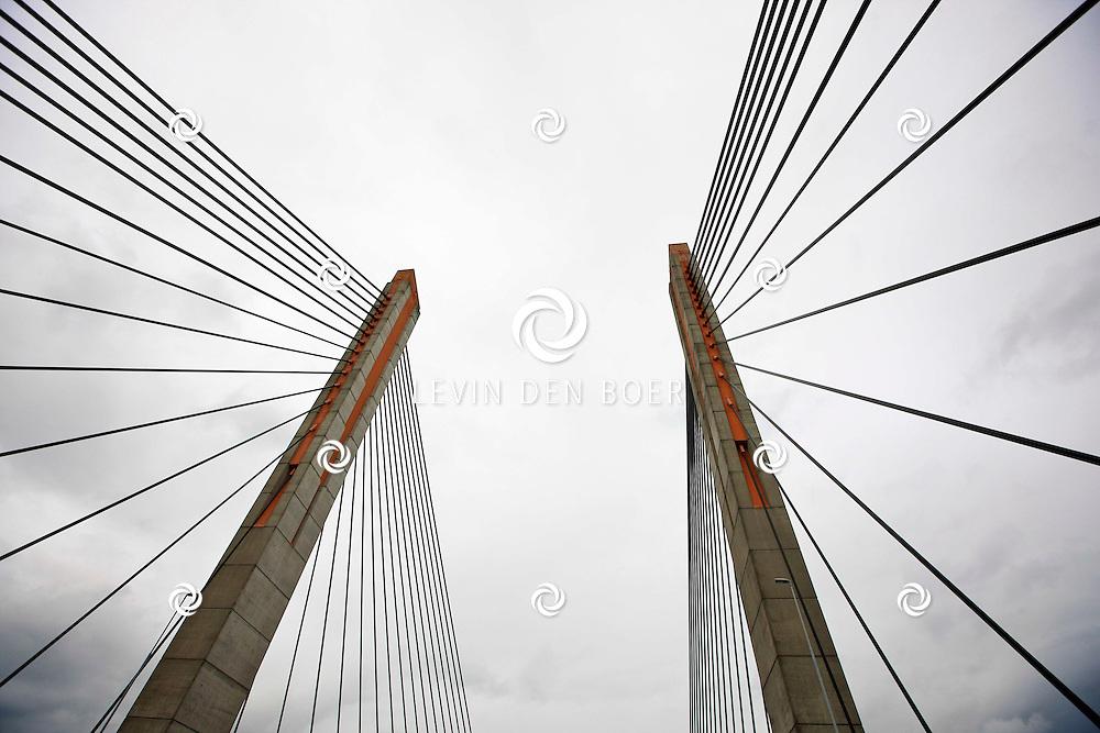 ZALTBOMMEL - Op de Martinus Nijhoffbrug is Rijkswaterstaat druk bezig met wegwerkzaamheden aan de A2. Diversen stukken worden vernieuwd. FOTO LEVIN DEN BOER - PERSFOTO.NU