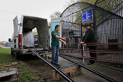 ROMANIA ZARNESTI 25OCT12 - The van and transport cage used to rescue bears from captivity arrive and are readied at the Ornesti zoo in northern Romania. The zoo  has been shut down due to non-adherence with EU regulations on the welfare of animals.....jre/Photo by Jiri Rezac / WSPA....© Jiri Rezac 2012