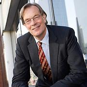 Nederland Rotterdam 6 november 2008 20081106 Foto: David Rozing ..Jan Dirk Loorbach (2 meter 17) werd op 17 juni 1947 geboren in Emmen. Tijdens zijn studententijd speelde hij bij de Groningse basketbalclub Donar. Loorbach kwam eerst in het bestuur van de basketbalbond en later in dat van NOC*NSF, waar hijbestuurslid technische zaken wastijdens de Olympische Spelenin 1992 en 1996. Daarna was hijleider van het Nederlands Olympisch Team tijdens de Spelen in 2000 in Sydney. Ook op dit moment is hij nog actief binnen NOC*NSF, als voorzitter van de Nederlandse Vereniging van Olympische Deelnemers (NVOD). In het dagelijks leven is Jan Loorbach advocaat en partner van advocatenkantoor Nauta Dutilh in Rotterdam..Foto David Rozing