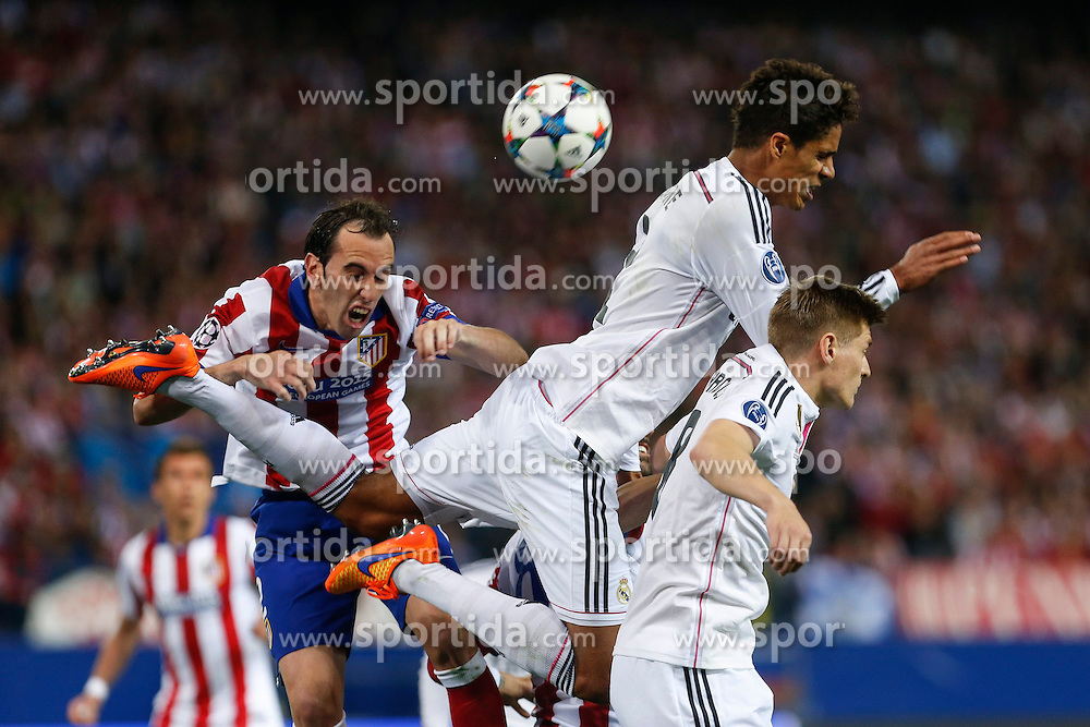 14.04.2015, Estadio Vicente Calderon, Madrid, ESP, UEFA CL, Atletico Madrid vs Real Madrid, Viertelfinale, Hinspiel, im Bild Atletico de Madrid's Diego Godin (L) and Real Madrid&acute;s Raphael Varane and Toni Kroos // during the UEFA Champions League quarter finals 1st Leg match between Club Atletico de Madrid and Real Madrid CF at the Estadio Vicente Calderon in Madrid, Spain on 2015/04/14. EXPA Pictures &copy; 2015, PhotoCredit: EXPA/ Alterphotos/ Victor Blanco<br /> <br /> *****ATTENTION - OUT of ESP, SUI*****