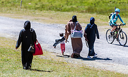 THEMENBILD - Arabische Frauen im traditionellen Burka Gewand. Jedes Jahr besuchen mehrere Tausend Gäste aus dem arabischen Raum die Urlaubsregion im Salzburger Pinzgau, aufgenommen am 08. August 2016 in Zell am See, Österreich // Arab Women in traditional burqa robe. Every year thousands of guests from Arab countries takes their holiday in Zell am See - Kaprun Region, Zell am See, Austria on 2016/08/08. EXPA Pictures © 2016, PhotoCredit: EXPA/ JFK