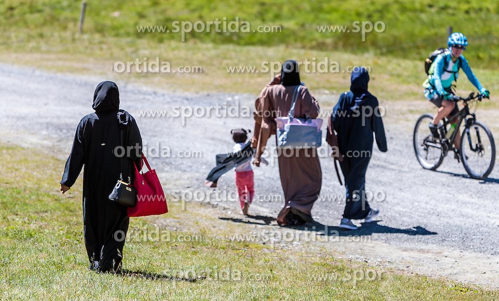 THEMENBILD - Arabische Frauen im traditionellen Burka Gewand. Jedes Jahr besuchen mehrere Tausend Gäste aus dem arabischen Raum die Urlaubsregion im Salzburger Pinzgau, aufgenommen am 08. August 2016 in Zell am See, Österreich // Arab Women in traditional burqa robe. Every year thousands of guests from Arab countries takes their holiday in Zell am See - Kaprun Region, Zell am See, Austria on 2016/08/08. EXPA Pictures © 2016, PhotoCredit: EXPA/ JFK