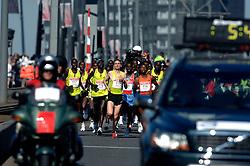 15-04-2007 ATLETIEK: FORTIS MARATHON: ROTTERDAM<br /> In Rotterdam werd zondag de 27e editie van de Marathon gehouden. De marathon werd rond de klok van 2 stilgelegd wegens de hitte en het grote aantal uitvallers / Kopgroep met oa Jeroen van Damme op de Erasmusbrug - aa drink<br /> ©2007-WWW.FOTOHOOGENDOORN.NL