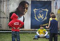 Feature Koenigstein          Kinder spielen Fussball vor einem Plakat des brasilianischen Spielmacher RONALDINHO, in Koenigstein im Taunus.