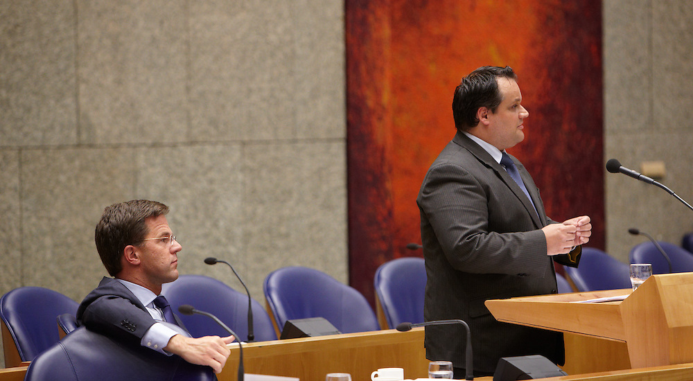 Nederland. Den Haag, 26 april 2012. <br /> Debat over gesloten akkoord. Demissionair premier Rutte en demissionair minister van Financien de Jager. in vak K.<br /> VVD, CDA, D66, GroenLinks en ChristenUnie zijn met het kabinet een principe-akkoord overeengekomen over de begroting van volgend jaar.<br /> Men is als Tweede Kamer uit de impasse gekomen om voor mei een begroting voor 2013 op te stellen na de val van het kabinet Rutte van VVD, CDA en met gedoogsteun van de PVV van Geert Wilders. Crisisakkoord na mislukken ook van Catshuisberaad. 3% Financieringstekort.<br /> Het kabinet en de regeringspartijen VVD en CDA hebben in twee politiek gezien krankzinnige dagen met de oppositiepartijen D66, GroenLinks en de ChristenUnie een akkoord gesloten over bezuinigingen en hervormingen in 2013. Minister Jan Kees de Jager van Financi&euml;n koppelde als verkenner de vijf partijen aan elkaar en kreeg in nog geen 30 uur voor elkaar waar VVD en CDA met gedoogpartij PVV in 7 weken overleg in het Catshuis niet in waren geslaagd. Politiek, kabinet Rutte, kabinetscrisis, Catshuisonderhandelingen, Tweede Kamer, <br /> Foto : Martijn Beekman