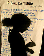 Lencois_BA, Brasil...Criancas em atividade de aula em uma  escola publica em Lencois, Bahia. Na foto letra da musica O Sal da Terra de Beto Guedes com  a silhueta de uma estudante ao fundo...Children in the classroom in a public school in Lencois, Bahia. In this photo the music lyric O Sal da Terra of the singer Beto Guedes and the girl silhouete in the background...Foto: LEO DRUMOND / NITRO.