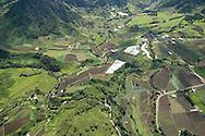 Boquete es un distrito localizado al norte de la provincia de Chiriqu&iacute;, al oeste de Panam&aacute;. Posee una superficie de 488,4 km2 y una poblaci&oacute;n de 22,435 habitantes (2011). Este distrito es conocido por tener un clima templado, a diferencia de gran parte del pa&iacute;s, debido a que el distrito se encuentra asentado en la Cordillera Central. Su capital es la ciudad de Bajo Boquete.<br /> <br /> En donde existe el Valle Escondido comenz&oacute; a construirse en 2001 y fue el primer proyecto residencial de este tipo en Panam&aacute; . Es ampliamente reconocido como uno de los mejores barrios residenciales de Am&eacute;rica Central<br /> <br /> Tambi&eacute;n debido a su localizaci&oacute;n y origen volc&aacute;nico, su suelo es muy f&eacute;rtil y apta la producci&oacute;n de caf&eacute; y flores que no pueden crecer en terrenos bajos.<br /> <br /> Debido a su localizaci&oacute;n, el distrito de Boquete posee un clima templado. Durante el d&iacute;a la temperatura puede tener un m&aacute;ximo de 28 &deg;C y una m&iacute;nima de 15 &deg;C en la noche. <br /> &copy;Alejandro Balaguer/Fundaci&oacute;n Albatros Media.