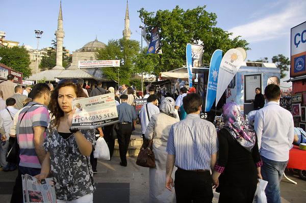 Turkije, Istanbul, 3-6-2011Aanhangers van de AK partij in Istanbul in de aanloop naar de verkiezingen voor het parlement op 16 juni. Bij de aanlegsteiger van de pont in het Aziatische deel van de stad wachten zij de passagiers op. Ook worden er de krant cagdas ses aangeboden.Foto: Flip Franssen