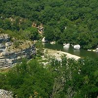 EN> The Ardeche river flowing at the bottom of the Cirque des Gens near Pradons, France |<br /> SP> El río Ardeche al fondo del Cirque des Gens cerca de Pradons, Francia