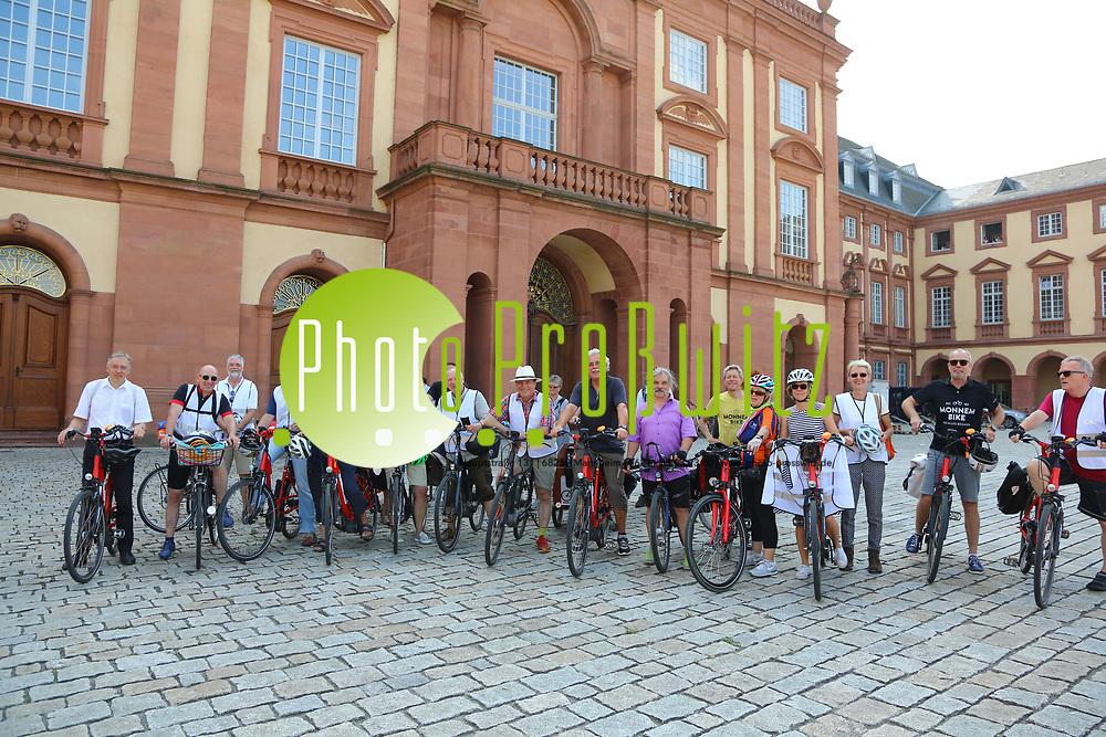 Mannheim. 26.08.17 | Sommerliche Fahrradreise.<br /> Schloss. Ehrenhof. Sommerliche Fahrradreise der Finanzstaatssekret&auml;rin Gisela Splett zu den Schl&ouml;ssern der Kurpfalz<br /> <br /> <br /> BILD- ID 0506 |<br /> Bild: Markus Prosswitz 26AUG17 / masterpress (Bild ist honorarpflichtig - No Model Release!)