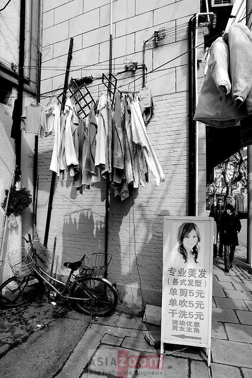 Linge qui seche dans l'ancienne concession Francaise de Shanghai. Des qu'un rayon perce a travert la ville et sa pollution, le linge apparait aux fenetres comme des fleurs qui s'ouvre avec le soleil...
