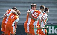 ROTTERDAM - HOCKEY -  Vreugde bij Oranje , met in het midden Jeroen Hertzberger, tijdens de oefenwedstrijd tussen de mannen van Nederland en Engeland (2-1) . FOTO KOEN SUYK
