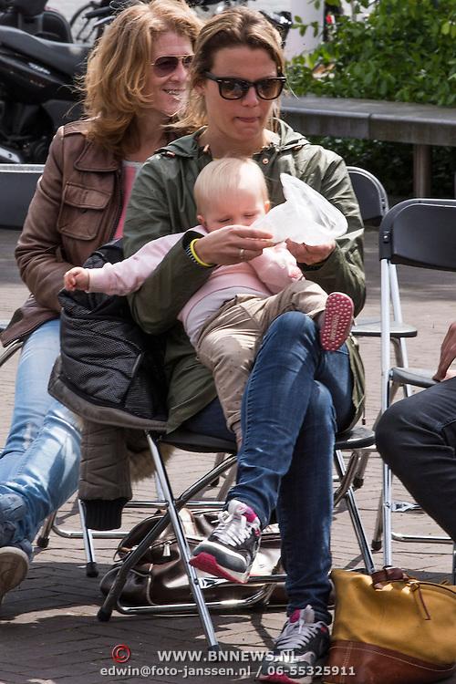 NLD/Amsterdam/20140504 - Dodenherdenking 2014 Olympisch Stadion, Barbara Barend partner Alette Bastiaansen en dochter Livia