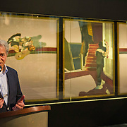 """Amsterdam, 20-02-2014. In de Nieuwe Kerk wordt vanaf 21 februari 2014 de serie Meesterwerk voortgezet met Francis Bacon triptiek """"in Memory of George Dyer"""" uit 1971. Vanmorgen werd dit drieluik ontuld door Cathelijne Broers, directeur De Nieuwe Kerk en door Gijs van Tuyl, voormalig directeur Stedelijk Museum Amsterdam. De kunstenaar Francis Bacon koos voor een drieluik, traditioneel een religieus format, om een gedenkteken te creëren voor George Dyer, die meer dan zeven jaar zijn partner was geweest.Dyer leegde in 1971 zelfmoord in de Parijse hotelkamer die hij met Francis Bacon deelde. Foto: Gijs van Tuyl, voormalig directeur Stedelijk Museum Amsterdam geeft een introductie."""