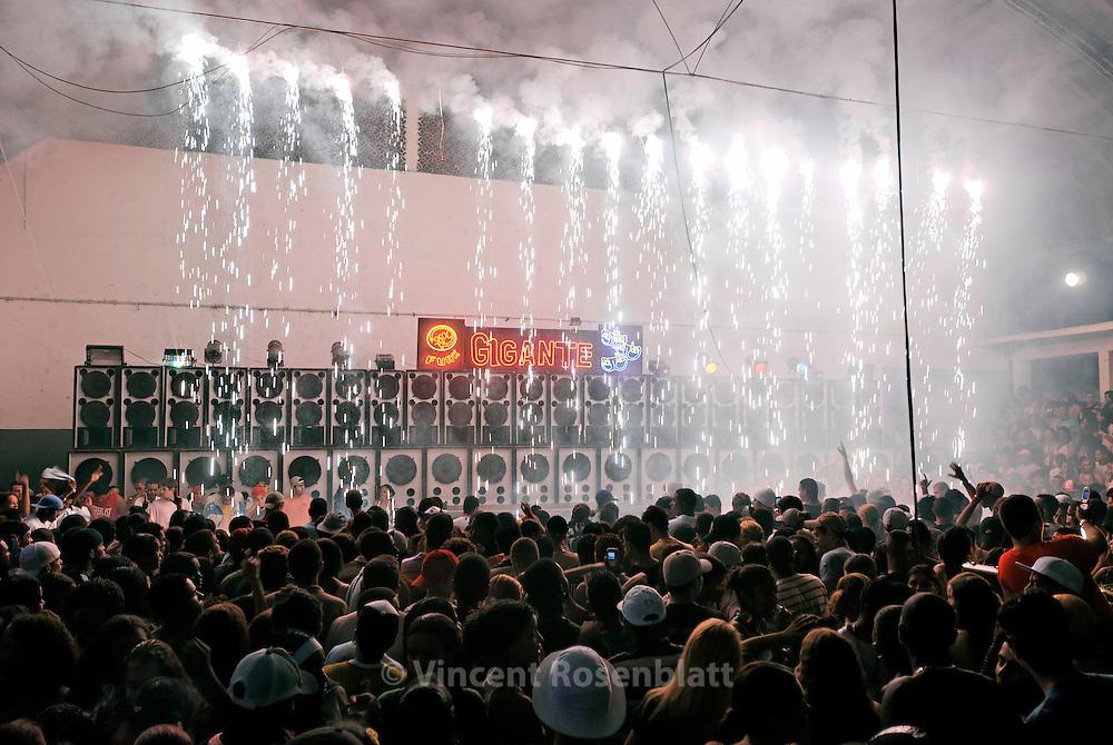 Baile Funk at club Boquerão do Passeio. Soundsystem Furacão Gigante, one of the most powerful of the carioca funk scene and one of the oldest too.  Club Boqueirão, Downtown Rio de Janeiro . ||  Baile Funk no Boquerão do Passeio. Equipe de som Furacão Gigante, une des plus puissantes mais aussi des plus anciennes de la scène Funk Carioca. Club du Boqueirão, Centro, Rio de Janeiro 2006.