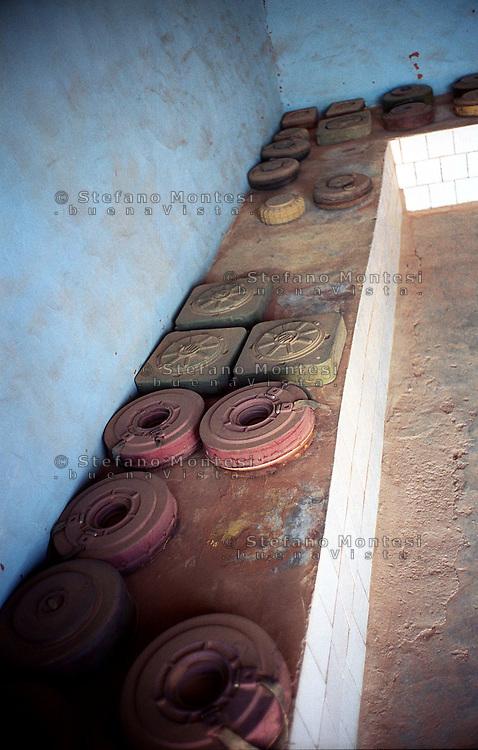 Il Museo dell'Esercito di Liberazione Popolare (campo di Rabouni, 20 km a sud di Tindouf, Algeria),istituito con la Repubblica Araba Saharawi Democratica (RASD) governo (Fronte Polisario), mostra  le armi  catturate all'esercito marocchino durante la guerra (1976 -- 1991). .Questa mostra presenta anche alcuni documenti sulla prime azioni svolte da parte del Fronte Polisario dal 1973, inizialmente contro la colonizzazione spagnola e, più tardi, contro l'esercito marocchino. Mine delle Forze Armate del Marocco, che i saharawi  hanno tolto lungo la zona del muro..The Museum of the People's Liberation Army (Rabouni camp, 20 km south of Tindouf, Algeria), set up by Sahrawi Arab Democratic Republic (SADR) government (Polisario Front), show the warfare seized to the Moroccan army during the wartime (1976-1991). This exhibit also shows some documents on the first actions carried out by the Polisario Front since 1973 initially against Spanish colonization and, later, against Moroccan army..Mine of the Armed Forces of Morocco,that  the Saharawi have removed along the zone of the wall...