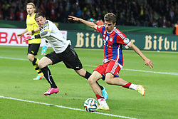 17.05.2014, Olympiastadion, Berlin, GER, DFB Pokal, Borussia Dortmund vs FC Bayern Muenchen, Finale, im Bild l-r: Roman Weidenfeller #1 (Borussia Dortmund), Thomas Mueller #25 (FC Bayern Muenchen) schiesst das Tor zum 2:0 // during the mens DFB Pokal final match between Borussia Dortmund and FC Bayern Munich at the Olympiastadion in Berlin, Germany on 2014/05/17. EXPA Pictures © 2014, PhotoCredit: EXPA/ Eibner-Pressefoto/ Kolbert<br /> <br /> *****ATTENTION - OUT of GER*****