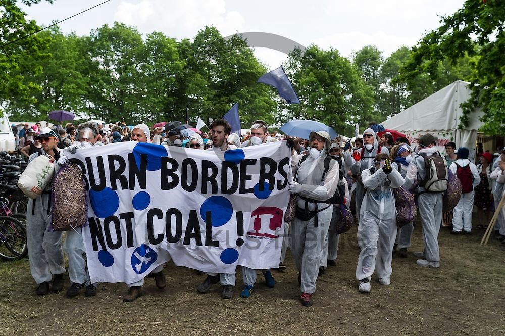 &quot;Burn Boarders not coal&quot; steht am 13.05.2016 bei  Proschim, Deutschland auf dem Transparent von Aktivisten die sich auf dem Weg zu dem Braunkohlentagebau Welzow-S&uuml;d machen. Mehrere Tausend Aktivisten haben den  Braunkohlentagebau blockiert um gegen die Nutzung von fossilen Brennstoffen zu protestieren. Foto: Markus Heine / heineimaging<br /> <br /> <br /> ------------------------------<br /> <br /> Ver&ouml;ffentlichung nur mit Fotografennennung, sowie gegen Honorar und Belegexemplar.<br /> <br /> Bankverbindung:<br /> IBAN: DE65660908000004437497<br /> BIC CODE: GENODE61BBB<br /> Badische Beamten Bank Karlsruhe<br /> <br /> USt-IdNr: DE291853306<br /> <br /> Please note:<br /> All rights reserved! Don't publish without copyright!<br /> <br /> Stand: 05.2016<br /> <br /> ------------------------------<br /> <br /> ------------------------------<br /> <br /> Ver&ouml;ffentlichung nur mit Fotografennennung, sowie gegen Honorar und Belegexemplar.<br /> <br /> Bankverbindung:<br /> IBAN: DE65660908000004437497<br /> BIC CODE: GENODE61BBB<br /> Badische Beamten Bank Karlsruhe<br /> <br /> USt-IdNr: DE291853306<br /> <br /> Please note:<br /> All rights reserved! Don't publish without copyright!<br /> <br /> Stand: 05.2016<br /> <br /> ------------------------------