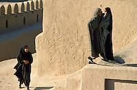 Iran. Citadelle d'Arg e Bam. Femmes en voile visitant le site de Arg e Bam // Iran. Arg e Bam citadel. Woman in veil visiting the site.