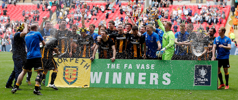 Morpeth Town AFC celebrate winning the FA Vase after the FA Vase Final at Wembley Stadium, London<br /> Picture by Simon Moore/Focus Images Ltd 07807 671782<br /> 22/05/2016