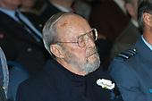 Prins Bernhard ontvangt boek Koninklijke Luchtmacht te Soesterberg