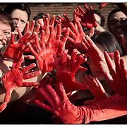"""?Mi manifesto!? davanti al Palazzo di Giustizia di Torino  i """"Signori Rossi"""" (movimento di cittadini corretti che pretendono comportamenti etici da parte di chi amministra la cosa pubblica e gestisce i beni comuni), con un indumento rosso per una performance teatrale  con protagoniste le mani, simbolo della mazzetta, le ?mani pulite?, ma anche metafora del ?fare?, del mettersi in azione, dell'impegno (civico, sociale e pure politico) Venerdì 6 luglio 2012 , in occasione del la sentenza del processo sulle tangenti all'Amiat"""