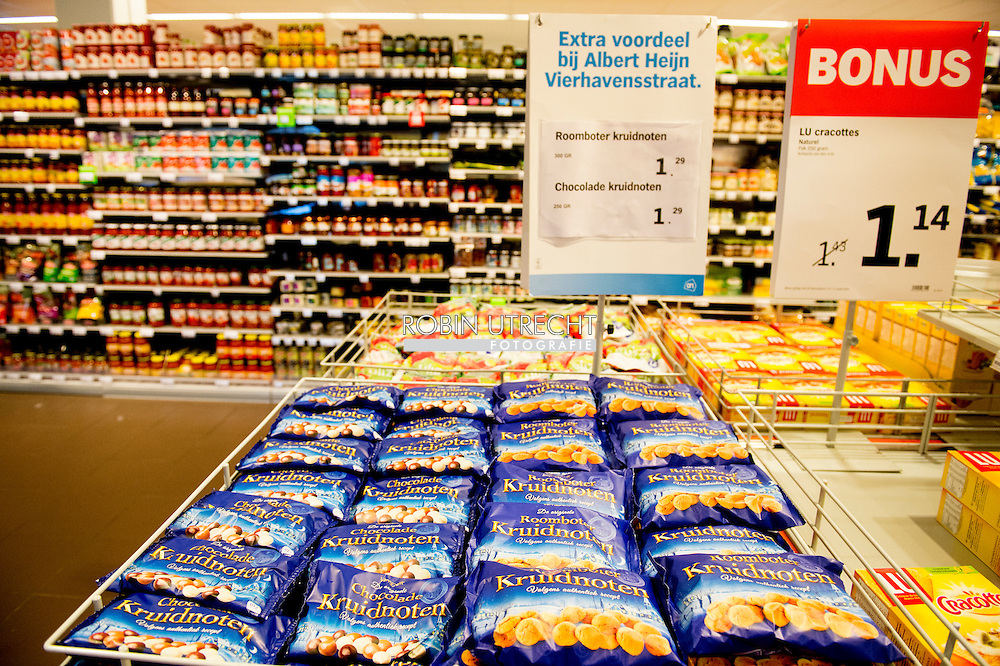 ROTTERDAM - Pepernoten kruidnoten , biologische  en andere sinterklaas lekkernij ligt nu al in de supermarkt begin september , Biologische strooigoed voor Sinterklaas in de schappen bij de Albert Heijn COPYRIGHT ROBIN UTRECHT<br />  ah | bedrijf | biologisch | close | close-up | closeup | detail | detailhandel | duurzaam | economie | feest | folklore | gebak | geschiedenis | handel | historie | holland | kinderfeest | koek | koninklijk | kruidnoten | lekkernij | lekkers | levensmiddelen | milieuvriendelijk | nederland | nederlands | nederlandse | pepernoten | piet | pieterbaas | predicaat | sinterklaasfeest | sinterklaasviering | snoepgoed | supermarkt | supermarktketen | traditie | traditioneel | up | viering | voedingsmiddelen | winkel | winkelketen | zelfbediening | zelfbedieningszaak | zwarte