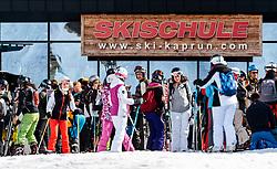 THEMENBILD - Wintersportler vor einer Skischule aufgenommen am 10. April 2017 am Kitzsteinhorn Gletscher, Kaprun Österreich // Skiers in front of a ski school at the Kitzsteinhorn Glacier Ski Resort, Kaprun Austria on 2017/04/10. EXPA Pictures © 2017, PhotoCredit: EXPA/ JFK
