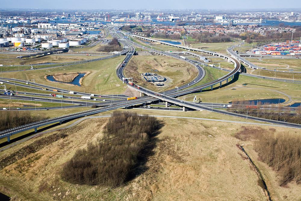 Nederland, Zuid-Holland, Pernis, 04-03-2008; Knooppunt Benelux (of Beneluxplein) gezien naar het Noorden, met A4 naar de Beneluxtunnel en de A15 naar Europoort en naar Rotterdam; het verkeersknooppunt is onvoltooid, er is rekening gehouden met het in de toekomst doortrekken van de A4 naar het zuiden, richting Bergen op Zoom - naar de kijker toe; middenplan: links de raffinaderij van Shell, rechts het dorpje Pernis; aan de horizon de Nieuwe Maas met links Vlaardingen en rechts Schiedam; bereikbaarheid, mobiliteit, fly-over; ongelijkvloerse kruising, verkeersplein, verkeersknooppunt. .luchtfoto (toeslag); aerial photo (additional fee required); .foto Siebe Swart / photo Siebe Swart.