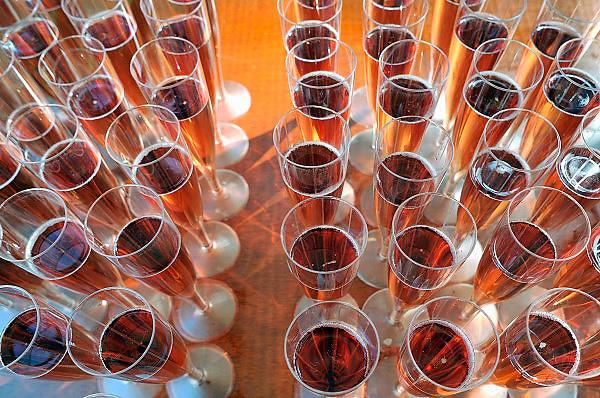 Nederland, Arnhem, 19-8-2012Roze champagne in glazen. Omdat het sap van de pinot noir en meunier kleurloos is, wordt er 8 tot 20% stille rode wijn aan witte wijn toegevoegd. Zo krijgt de champagne een mooie feestelijke, roze kleur en een typische fruitige smaak die doet denken rode vruchten als frambozen en aardbeien. Foto: Flip Franssen