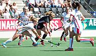 AMSTELVEEN  - Hockey -  2e wedstrijd halve finale Play Offs dames.  Amsterdam-Oranje Rood (2-1) .Kitty van Male (A'dam) met links Lisa Scheerlinck (Oranje-Rood) . COPYRIGHT KOEN SUYK